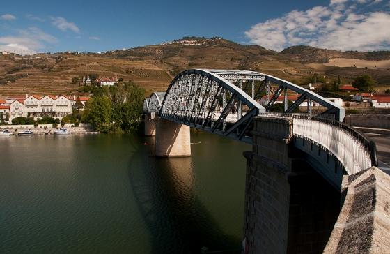 Ponte sobre o Rio Douro na entrada de Pinhão, uma vila com menos de 700 habitantes