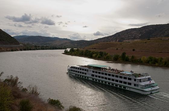 Navio de Cruzeiro no Douro Superior, em frente aos vinhedos da Quinta do Vale Meão