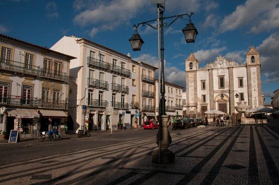 As fachadas da Praça do Giraldo, em Évora, testemunharam episódios dramáticos da história de Portugal