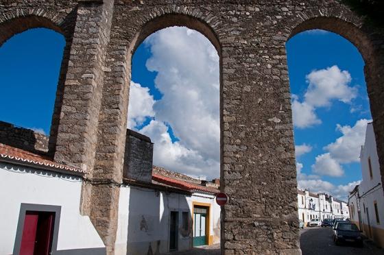 Dos 19 km do aqueduto, entre as nascentes do Divor e o centro de Évora, cerca de 8 km podem ser percorridos a pé