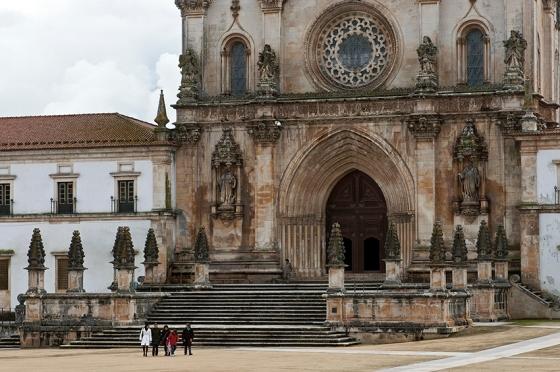 Dos elementos góticos originais, restaram apenas o portal de arcos ogivais e o arco da rosácea