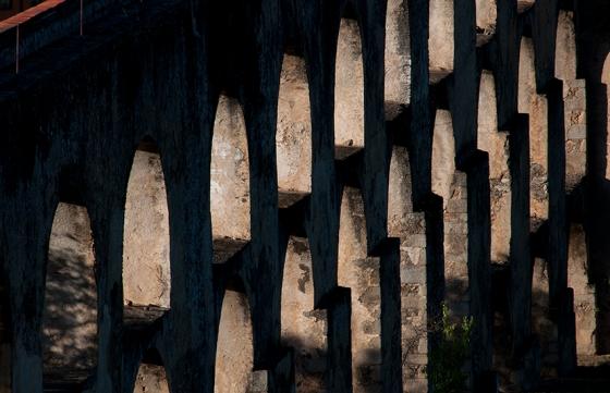 Com mais de 840 arcos sobrepostos, o aqueduto chega a 31 metros de altura