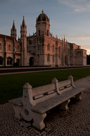 O mosteiro iluminado pelos primeiros raios do sol de um dia de outono