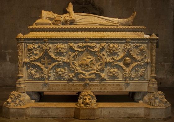 O túmulo de Vasco da Gama fica logo na entrada da Igreja de Santa Maria de Belém