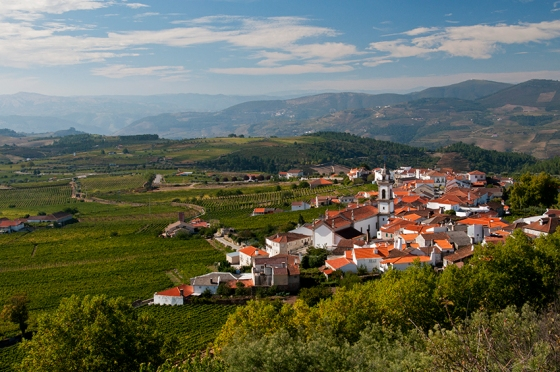 A aldeia vinhateira de Favaios vista do Miradouro de Santa Bárbara