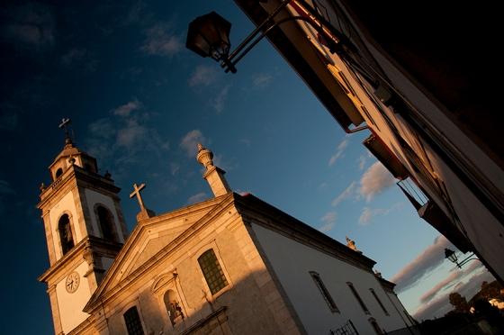 A Igreja Matriz e um pouco da Rua Direita num glorioso fim de tarde em Favaios
