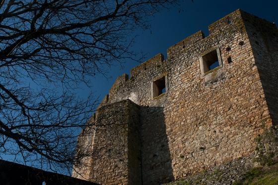 A muralha defensiva que recebe os visitantes logo na entrada do convento