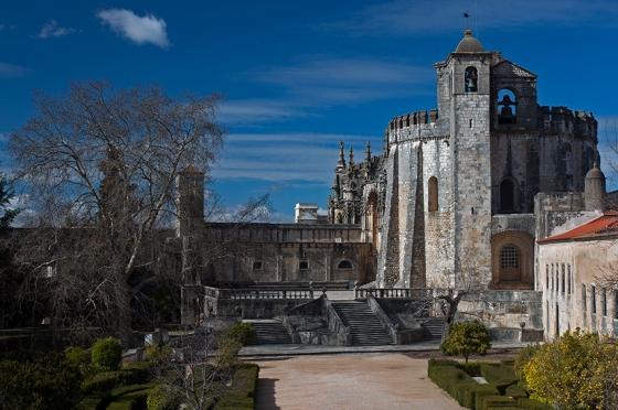 A igreja do Convento de Cristo, algo intimidadora de tão sólida