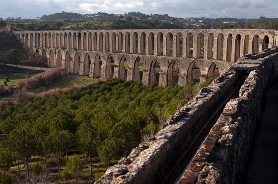 O Aqueduto dos Pegões, em Tomar, tem quase 6 km de extensão e 180 arcos no total