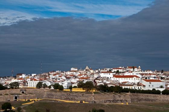 Elvas e sua muralha do século 17 clicadas do Forte de Santa Luzia