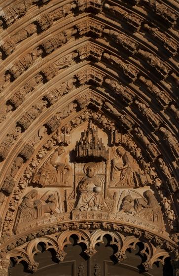 O centro da composição é dominado pela figura de Deus