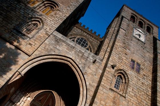 A granítica Catedral de Évora, inspirada no modelo da Sé de Lisboa