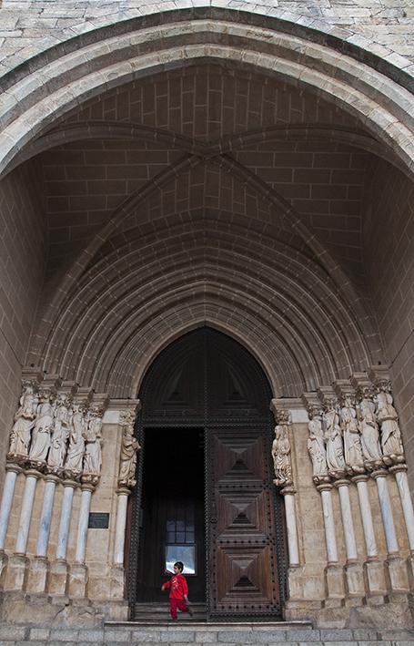 Pórtico de entrada da catedral: flanqueado por esculturas de apóstolos do século 14