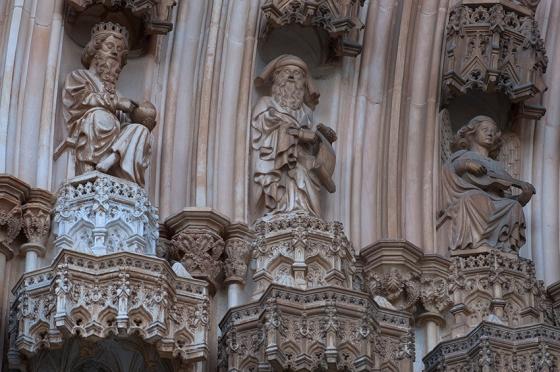 Reis de Judá, profetas e anjos músicos também adornam o pórtico