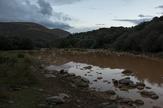 Rio Côa na altura do sítio arqueológico de Penascosa: quase 30 rochas com gravuras de um lado e mais de 60 do outro