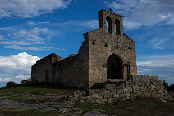 Castelo Mendo: 38 quilômetros ao sul, passando por Almeida