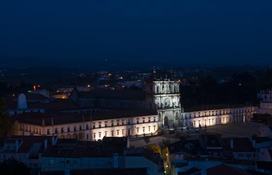 O Mosteiro de Alcobaça visto das ruínas do castelo precisamente às oito da noite
