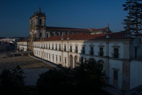 As alas norte e sul do mosteiro separadas pela igreja: residência do ábade e dos monges