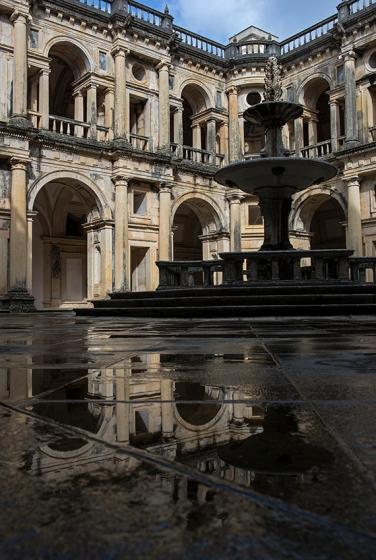 Claustro principal do convento: geometria da antiguidade clássica