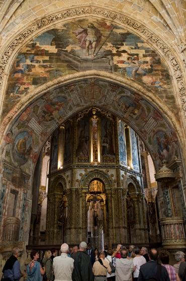 Visitantes diante do oratório: inspirado no Santo Sepulcro