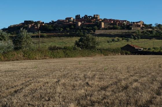 Castelo Rodrigo em um dia de céu gloriosamente azul: bem perto da fronteira com a Espanha