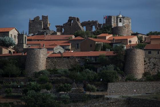 A muralha que até hoje protege a aldeia: inicialmente composta por 13 torreões