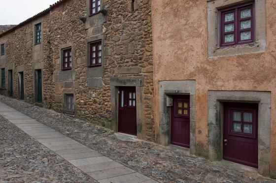 Rua da Cadeia: por ela, atravessa-se Castelo Rodrigo de uma ponta à outra em cinco minutos de caminhada