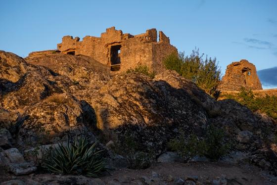 As ruínas do palácio iluminada pela últimas luzes do dia: destruído numa revolta popular em 1640