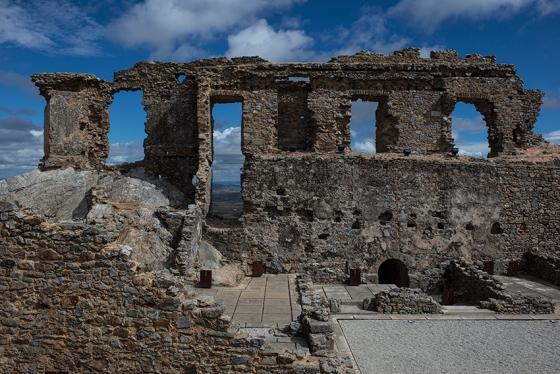 As ruínas ocupam o ponto mais alto da colina de Castelo Rodrigo: mais de 800 metros de elevação