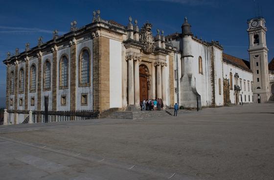 A biblioteca vista de fora, do Paço das Escolas: portal monumental, como um arco do triunfo