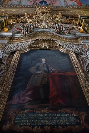 Retrato do patrono, D. João V: daí vem o nome Biblioteca Joanina