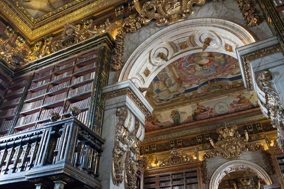 A biblioteca foi onstruída de modo a exaltar o monarca e a riqueza do império: expoente do Barroco Português