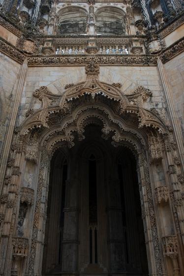 Sobre o pórtico, a varanda: atribuída a Miguel de Arruda