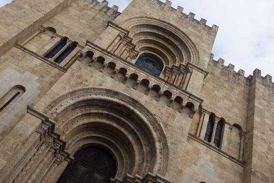 Fachada principal: aparência de castelo, com uma espécie de torre central avançada