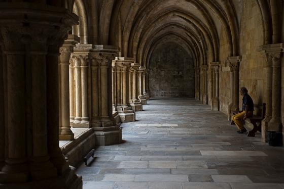 O claustro: construído no reinado de Afonso II em estilo que marca a transição para o gótico