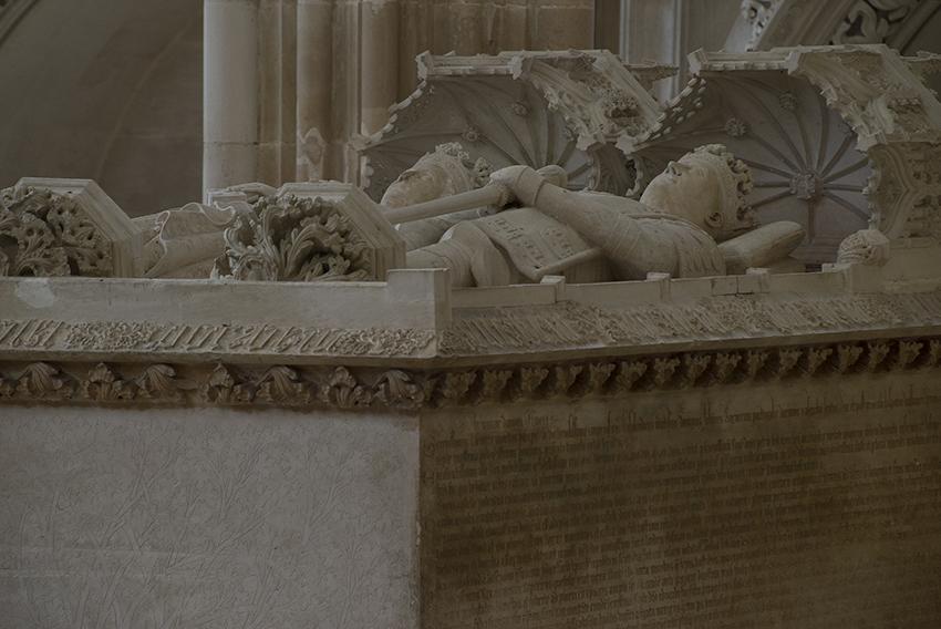 O túmulo do casal real: maior arca gótica quatrocentista em Portugal