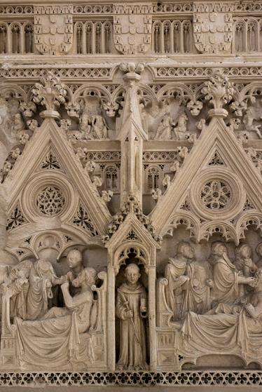 A arca é ricamente esculpida: cenas da trajetória de São Bartolomeu