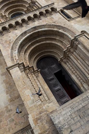 Fachada principal da Sé Velha: construção iniciada no século 12