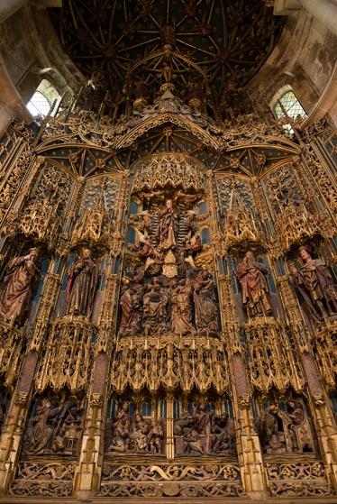 Retábulo do altar-mor: gótico flamejante coalhado de ouro