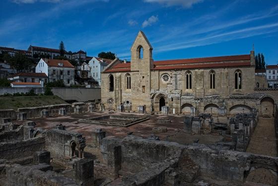 Ruínas de Santa Clara-a-Velha: mosteiro fundado em 1283 e entregue à Ordem das Clarissas