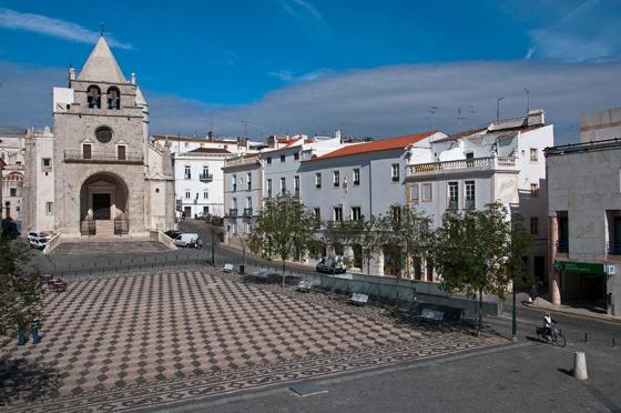 A praça é dominada pela Igreja de Nossa Senhora da Assunção: fachada com pinta de fortaleza