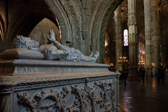 O túmulo de Luís de Camões no sub-coro direito, logo na entrada da igreja: obra do século 19 assinada por Costa Mota