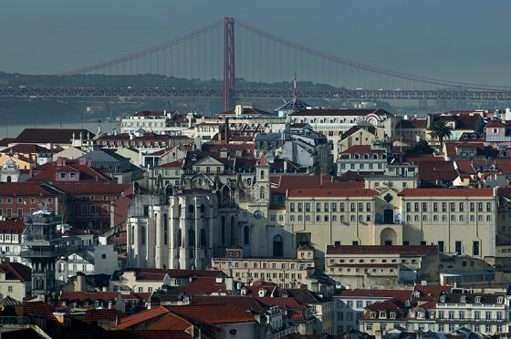 Centro histórico de Lisboa e a Ponte 25 de Abril sobre o Tejo