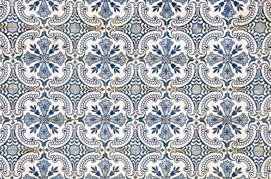Azulejos tradicionais portuguesesem uma estação de trem abandonada na Linha do Douro