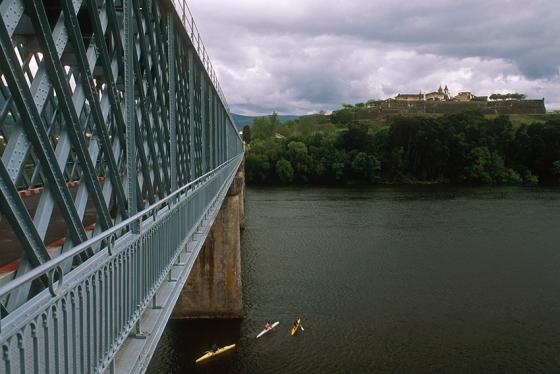 A fortaleza de Valença e a ponte rodoferroviária sobre o Rio Minho