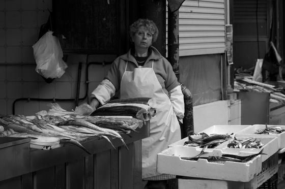 Uma vendedora de peixes no tradicional Mercado do Bolhão, Porto