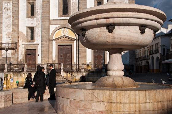A fonte barroca de Giraldo: oito bicas, cada qual associada a uma rua