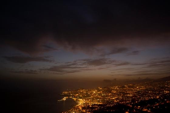 Noite caindo sobre o Funchal: jornada de trabalho iniciada e concluída no mesmo lugar