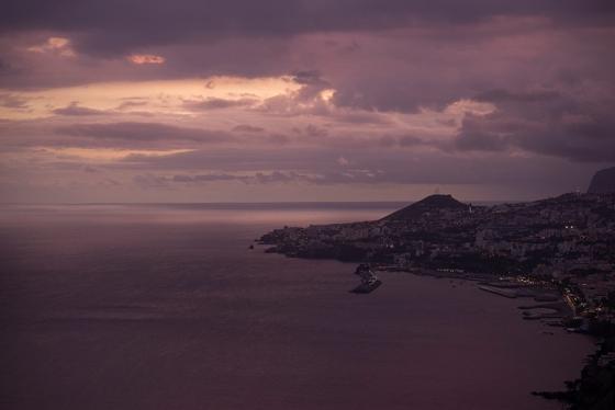 A Baía do Funchal pintada de lilás, precisamente às 20h15