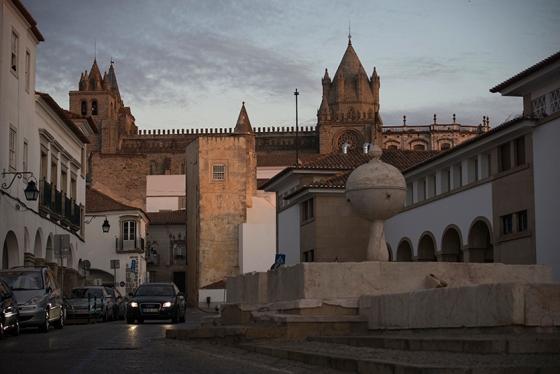 Os primeiros raios de sol iluminando a Sé Catedral de Évora e o Largo da Porta de Moura